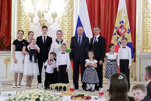 Мать героиня: сколько детей нужно родить в России.